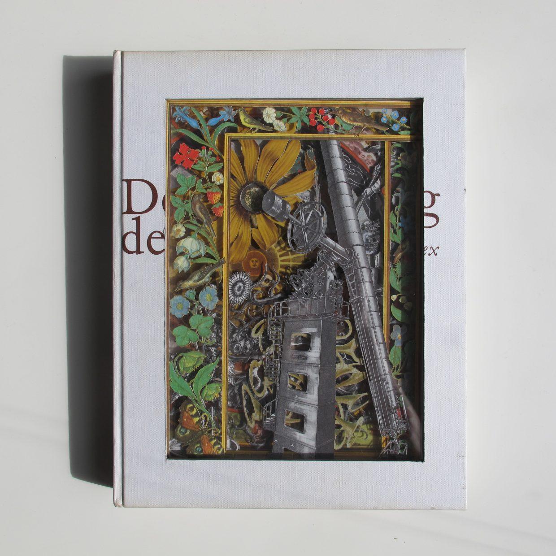 Oscar Peeze Binkhorst is een kunstenaar uit Roermond, Roerdalen, Limburg, Midden-Limburg. Hij maakt sculpturen, kunstwerken van oude versleten boeken. Commissies, opdrachten, kunst op opdracht, neemt hij graag aan. Kunstwerken kunt u hier ooit kopen. Kom naar zijn tentoonstellingen, exhibities. Kunstzinnig maakt hij kunst voor aan de muur, lijkt op schilderijen. Het is moderne, hedendaagse, originele kunst. Dit is een kunstwerk, sculptuur gemaakt van een oud tweedehands boek met bloemen een telescoop, en het universum